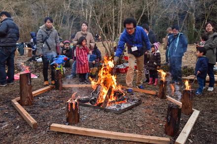 焚き火で暖まる