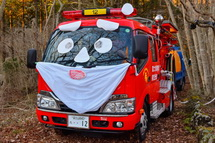 サンタクロース風に飾られた消防車