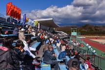 多くの観客が声援を送る競技場