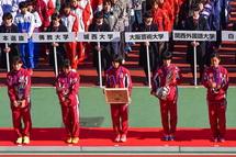 表彰される立命館大学の選手たち