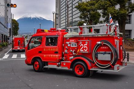 富士山と消防車の風景