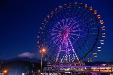 夕暮れ時の大観覧車と富士山の風景