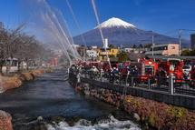 富士山をバックに一斉放水