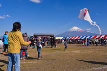 凧揚げを楽しむ住民