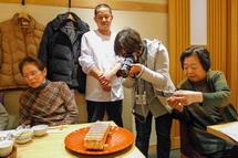 桜えびの押し寿司を撮る参加者