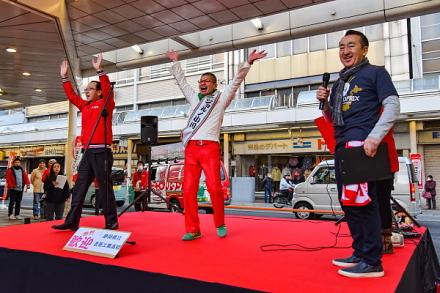 ステージに富士市長とボンジョルノ小川さんが登場