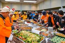 料理を取る参加者たち