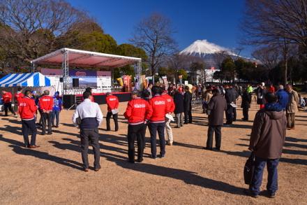 開会式が行われた中央公園特設ステージと富士山の風景