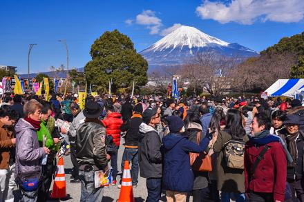 大賑わいの中央公園会場と富士山の風景