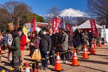 ブース前の行列と富士山の風景