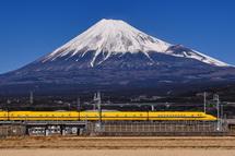 ドクターイエローと富士山(富士市東部の田園地帯)
