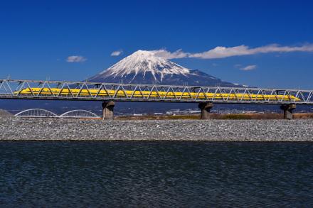 ドクターイエローと富士山(東海道新幹線富士川橋梁付近)