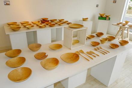木工作品が並ぶギャラリー内