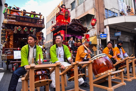 吉原祇園祭の山車が登場してお囃子や太鼓の競演が行われる