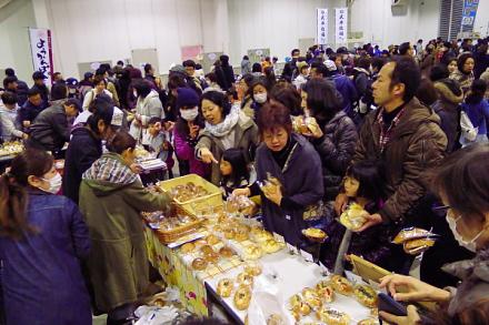 お目当てのパンを買い求める人々