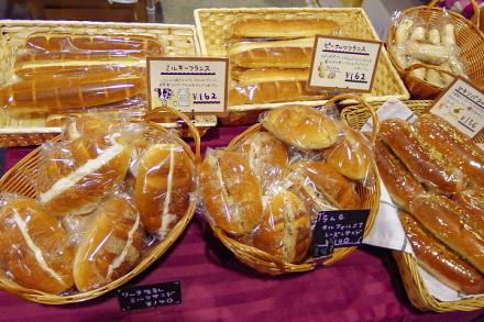 美味しそうなパンの数々が並ぶ