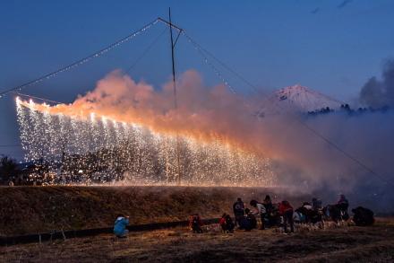 富士山と白糸の滝をイメージした仕掛け花火