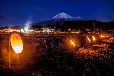 富士山と竹灯籠の風景