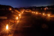 畦道を彩る竹灯籠