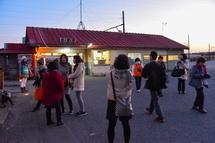 夕暮れ時の比奈駅駅舎