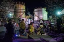工場夜景撮影する参加者