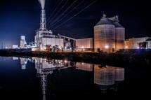 水面に映る工場夜景