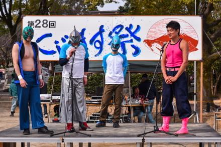 イベントを盛り上げるタケノコ王と富士宮プロレスのレスラー