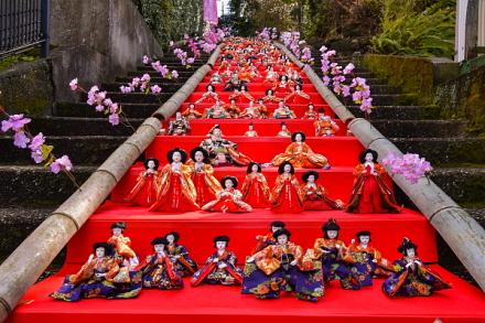 佛現寺の石段に並べられた雛飾り