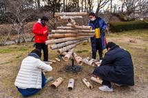 竹灯籠に火を灯す