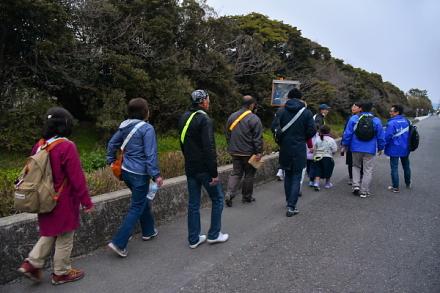 イオンタウン富士南からみなと公園に向かう一行