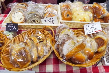 さまざまなパンが並ぶ