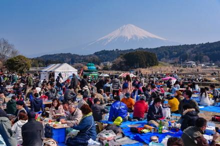 富士山をバックに宴会を楽しむ
