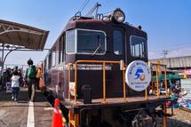 ED402機関車が登場