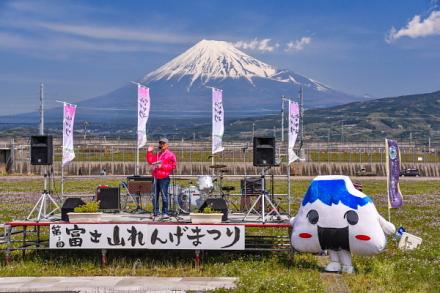 富士山が見える好天に恵まれたれんげまつり会場