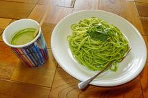 緑茶ソースのパスタ「茶ノベーゼ」と抹茶ラテ