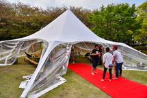 巨大テントのバー