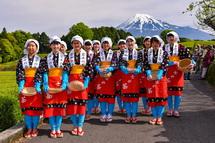 茶娘に扮した女子中学生たち