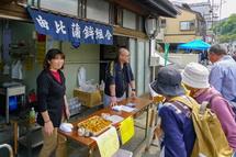 賑わう旧東海道沿いの商店