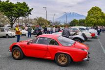 富士山をバックに並ぶクラシックカー