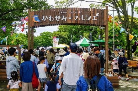 かわせみマルシェ開催で賑わう柿田川公園