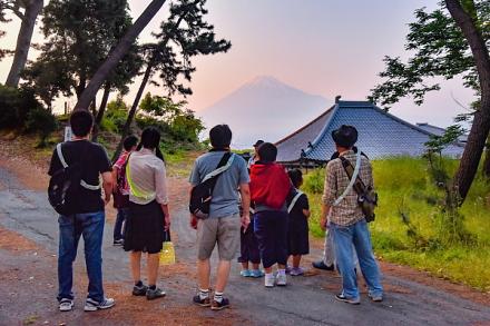 お寺と富士山の風景