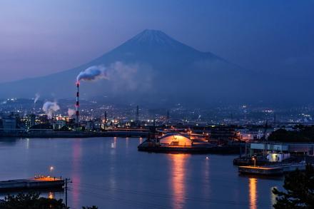 トワイライトタイムの田子の浦港と富士山の風景