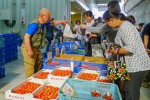 野菜を買い求める人々