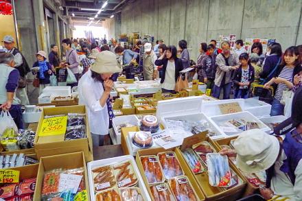 魚介などの販売コーナーも賑わう