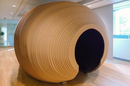 ダンボールのオブジェの片側にある開口部