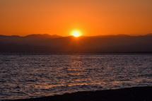 海岸から見る綺麗な夕陽