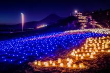 富士山をバックにキャンドルが灯る幻想的な光景