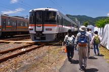 富士運輸区の中を歩くウォーキング参加者