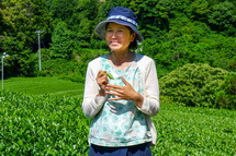 説明する「人と農・自然をつなぐ会」の杵塚歩さん