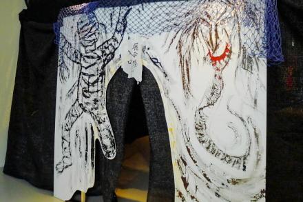 黒い網で覆った展示会場入口